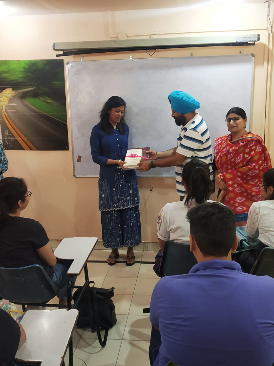 //www.careerlauncher.comOn 24 August 2019, IAS officer Mrs. Ashika Jian, currently serving as Joint Commissionerin Jalandhar MC, gave an inspiring lecture to Law aspirants at CL Jalandhar. She is an alumnus of NLU Delhi.
